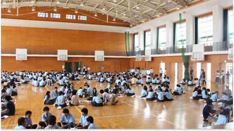 私たち関西カタリバは、大学生スタッフが中心となって高校を訪問。
